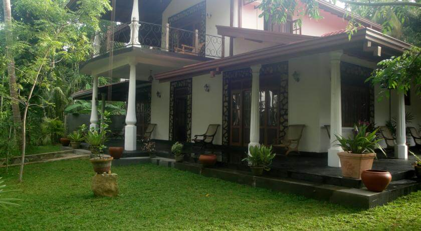 Front of Priyanka Villa budget accommodation in Bentota