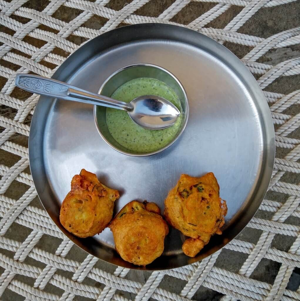 image of favorite Indian snack with green chutney made with potatoes and flour
